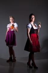 Frauen im Dirndl mit Wein und Bier