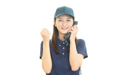 受話器を持つ作業員
