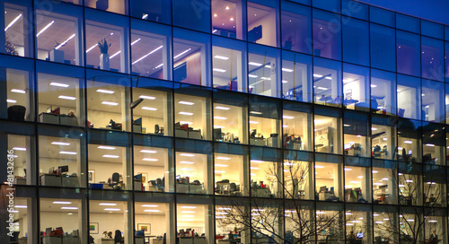Fotobehang Stad gebouw LONDON, UK - DECEMBER 19, 2014: Late office workers