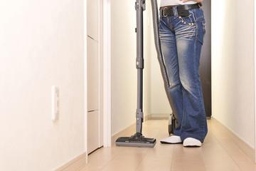掃除機を持っている人