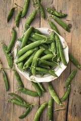Fresh peas in pods in a bowl - piselli freschi
