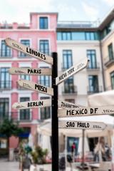 Wegweiser mit Namen  großer Städte weltweit