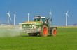 XXX - Traktor mit Düngerstreuer auf dem Kornfeld - 8994 - 81439451