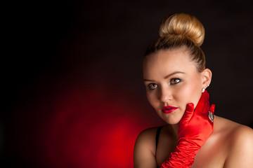 Junge Frau mit roten Handschuhen