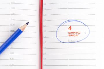 blauen Stift und Notebook