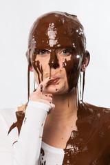 Frau mit Schokolade über dem Kopf