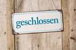 Altes Blechschild vor rustikaler Holzwand - geschlossen - 81450842