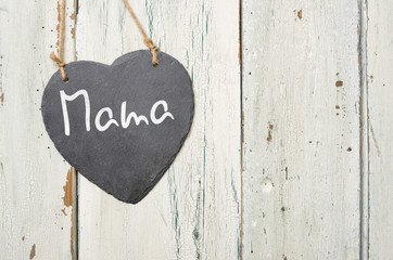 Herzförmige Schiefertafel mit der Aufschrift Mama