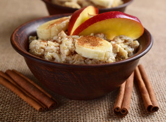 Oatmeal with banana, apple and cinnamon