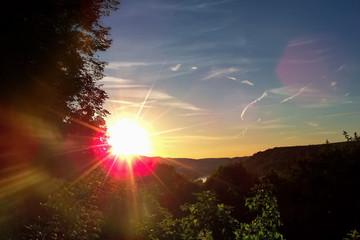 Sonnenaufgang im Flusstal