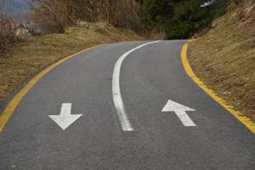 strada con frecce strada ciclabile