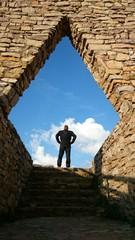 Silueta de hombre pelirrojo enmarcada en piedra