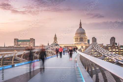 Staande foto Bedehuis The Millennium Bridge to the St Paul's Cathedral in Twilight