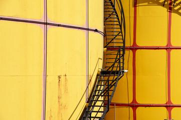 Große Öltanks mit Stahlstiege