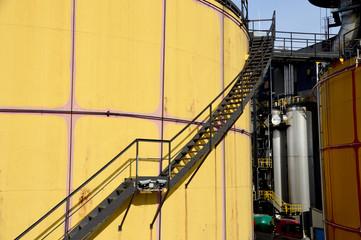 Industrieanlage mit großem Öltank