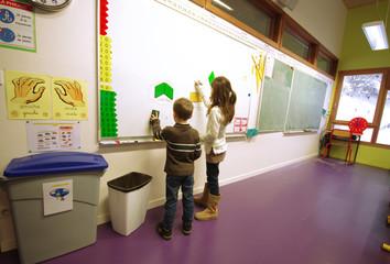 école primaire - enfants au tableau