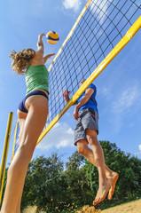 dynamische Aktion beim Beachvolleyball