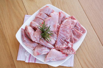 carne di coniglio con rosmarino su piatto