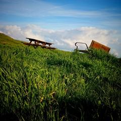 Bancos con hierba y cielo