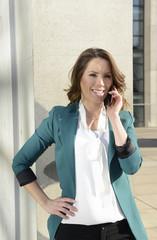 Geschäftsfrau telefoniert mit smartphone, Berlin, Deutschland