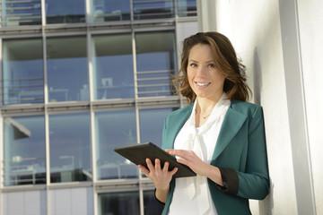 Geschäftsfrau mit Tabler PC, Berlin, Deutschland