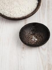 Reis, Holzschüsseln, Überfluss - Mangel, Reichtum - Armut