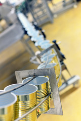 leere Konservenbüchsen in der Lebensmittelindustrie