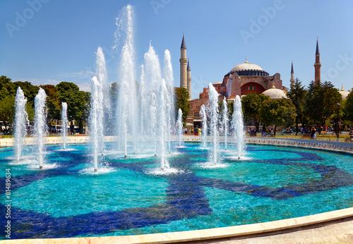 Leinwanddruck Bild The fontain  in Sultan Ahmet Park with Hagia Sophia in the backg