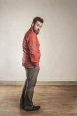 Zuversichtlicher Mann in rotem Hemd, schaut über die Schulter
