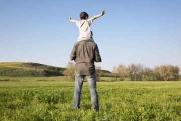 Padre con figlio piccolo sulle spalle
