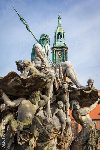 Leinwanddruck Bild Neptunbrunnen mit Marienkirche auf dem Alexanderplatz, Berlin