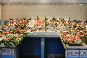 In pescheria: molte varietà di pesce