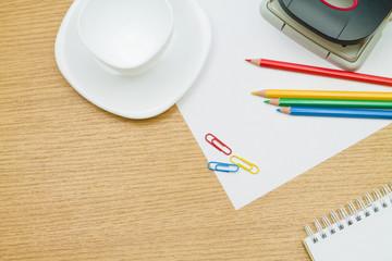 Цветные карандаши,блокнот, на столе