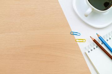 Цветные карандаши,кружка кофе, на столе