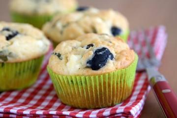 Muffins mit Schafskäse, Oliven und Kräutern