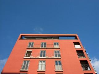 Modernes Apartmenthaus mit Fassade in Orange in Frankfurt