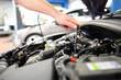 Automechaniker repariert Motor eines Fahrzeuges in Werkstatt - 81515287