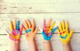Fototapety bunte Kinderhände  mit Gesicht