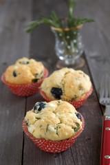 Muffins mit Kräutern, Käse und Oliven