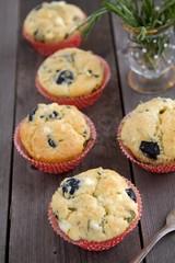 Muffins mit Kräutern, Oliven und Schafskäse