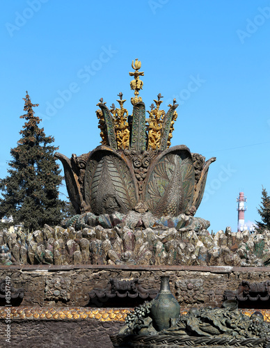 Leinwanddruck Bild Fountain Stone Flower
