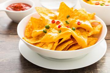 Nachos mit Käse und Chilis - nachos with cheese and chilis