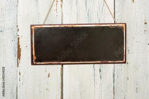 Leinwanddruck Bild Leeres Blechschild vor weißer Holzwand