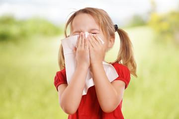 kleine Mädchen hat Heuschnupfen