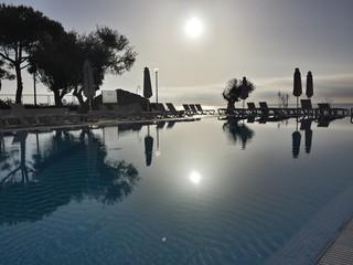 Levé de soleil sur la piscine