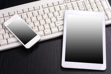 キーボードとスマートフォンとタブレット