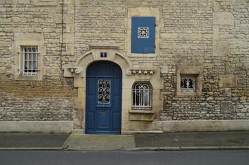 Porte d'entrée d'une vieille maison.