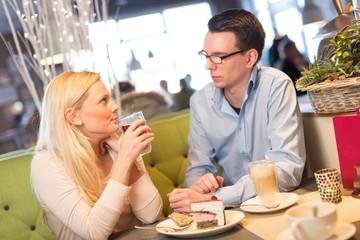 Pärchen trifft sich im Café