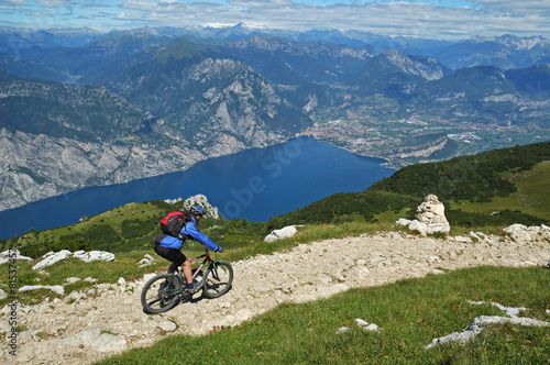 mata magnetyczna Mountainbiker na szlaku w pobliżu jeziora Garda, Włochy