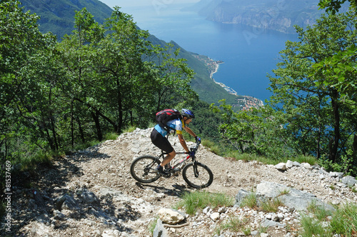 Foto op Aluminium Wielersport Mountainbiker at the trail near Garda Lake